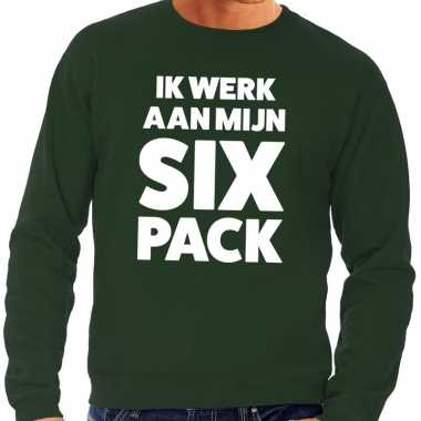 Ik werk aan mijn six pack tekst sweater groen heren