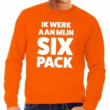Ik werk aan mijn six pack tekst sweater oranje heren