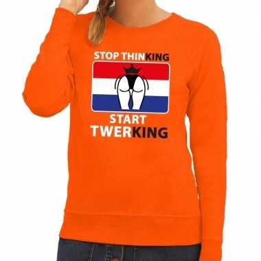 Oranje stop thinking start twerking sweater dames