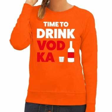 Time to drink vodka tekst sweater oranje dames